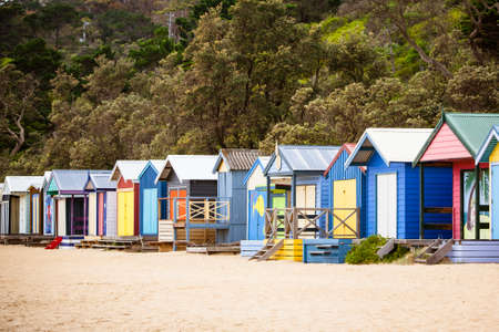 Beach Huts aan Mills Beach op een zomerse dag in Mornington, Victoria, Australië