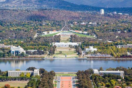 Een uitzicht richting Parliament House in Canberra vanaf Mt Ainslie Stockfoto