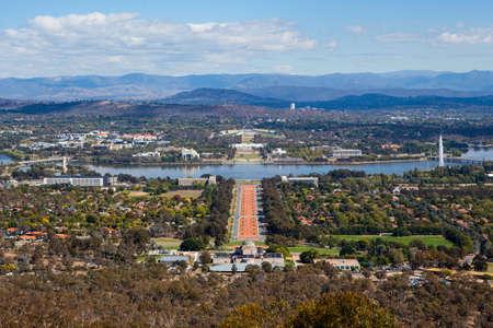 Ein Blick in Richtung Parliament House in Canberra vom Mt. Ainslie Standard-Bild - 26238261
