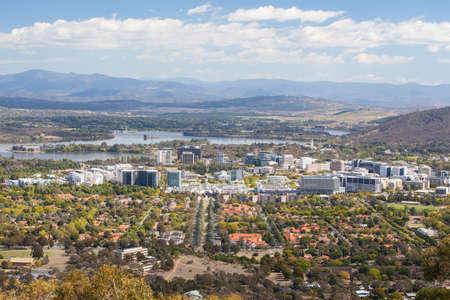 Een uitzicht over Canberra CBD van Mt Ainslie op een zonnige herfstdag