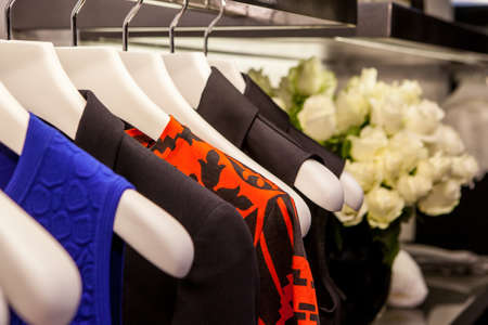 Kleider hängen auf einem Regal in einem Designer Bekleidungsgeschäft in Melbourne, Australien Standard-Bild - 29289919