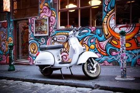Melbourne, Australië - 20 December - Melbourne de beroemde Hosier Lane met motorfiets en graffiti op 20 december 2013.