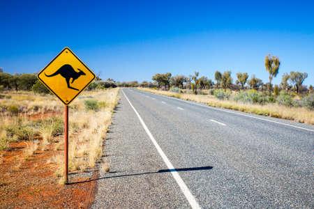 노던 테리토리, 호주의 울 루루 근처 캥거루에 대한 상징적 인 경고 도로 표지판 스톡 콘텐츠