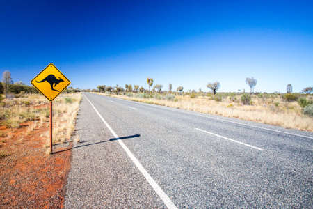 オーストラリア、ノーザン テリトリーのウルルの近くのカンガルーの象徴的な警告の標識