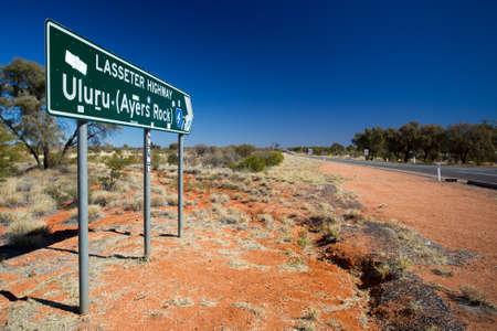Een iconisch verkeersteken dat naar Uluru op het Noordelijke Grondgebied, Australië leidt