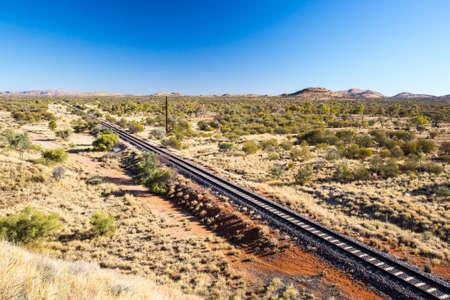De beroemde Ghan spoorlijn in de buurt van Alice Springs helemaal doorloopt naar Darwin in Northern Territory, Australië