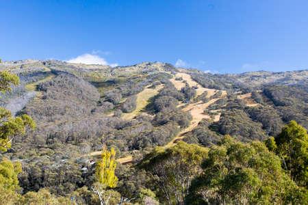 montañas nevadas: Una visión a través estación de esquí Thredbo en un día claro en otoño en las Snowy Mountains, Nueva Gales del Sur, Australia