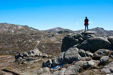 sneeuw bergen: A spectacular view across the valley on the Kosciuszko walk at the summit of Thredo looking towards Mount Kosciusko, in the Snowy Mountains, New South Wales, Australia