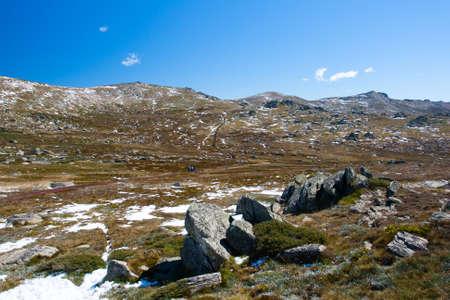 montañas nevadas: Una vista espectacular sobre el valle en el paseo Kosciuszko en la cumbre de Thredo mirando hacia el Monte Kosciusko, en las montañas nevadas, Nueva Gales del Sur, Australia