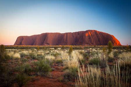 aborigen: Majestic Uluru al amanecer en una mañana de invierno claro en el Territorio del Norte, Australia