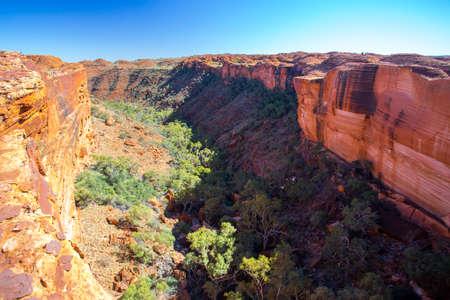 Het uitzicht in een ravijn van een klif bij Kings Canyon in Northern Territory, Australië Stockfoto