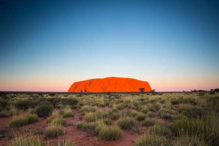 aborigen: Majestic Uluru al atardecer en una noche de invierno claro en el Territorio del Norte, Australia