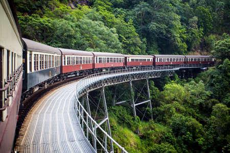 locomotora: El tren de Kuranda escénico famoso cerca de Cairns, Queensland, Australia