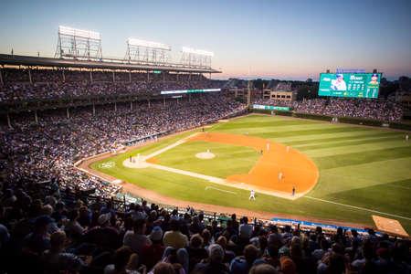 Chicago, Verenigde Staten - 12 augustus 2015: Chicago Cubs spelen Milwaukee Brewers op de nacht van de warme zomer op Wrigley Field