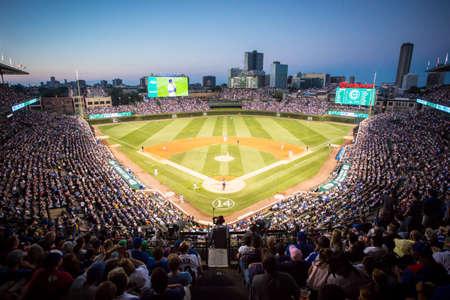 Chicago, USA - 12. August 2015: Chicago Cubs im Wrigley Field an einem warmen Sommerabend Milwaukee Brewers spielen Standard-Bild - 62094732