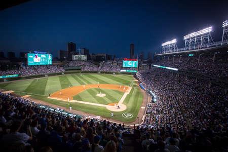 campo de beisbol: Chicago, EE.UU. - 12 de agosto de, 2015: Chicago Cubs Milwaukee Brewers jugar en una noche de verano caliente en el Wrigley Field