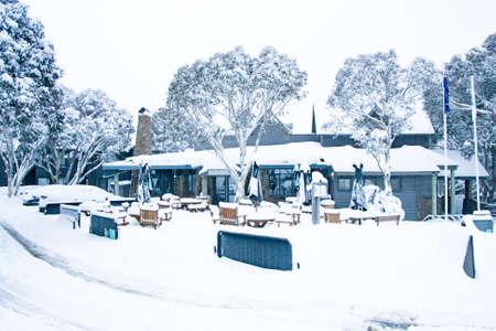 在新鲜的雪之后的晚餐平原村庄在维多利亚,澳大利亚清楚的冬天的冬天