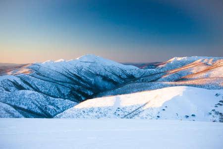 Mt Feathertop und die umliegende Landschaft bei Sonnenuntergang im Winter in der Nähe von Mt Hotham in Victoria, Australien