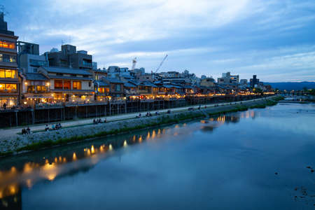 Kyoto, Japan along the Kamo River 스톡 콘텐츠
