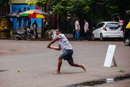 Street Cricket in Mumbai India Imagens