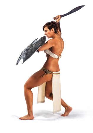 escudo: Mujer fuerte hermosa en la imagen del guerrero del mundo antiguo en el fondo blanco