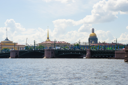 The Palace Bridge across the Neva River in St. Petersburg. In the background, the dome of St. Isaacs Cathedral and the Admiralty building. Russia 報道画像
