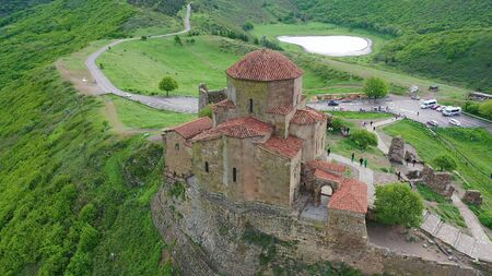 Jvari Church: Beautiful sixth century Georgian Orthodox monastery. Aerial view Stockfoto