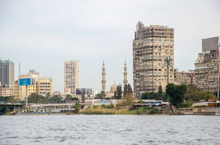 Cairo, Egypt - January 14, 2020 : Buildings and a mosque on the banks of the Nile River in Cairo. Egypt. Redactioneel