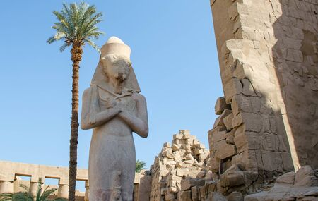 Statue of Ramses II with his daughter Merit-Amon at the Karnak Temple in Luxor. Egypt Stockfoto