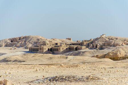 A building near Hatshepsut Temple in Luxor, Egypt Stockfoto