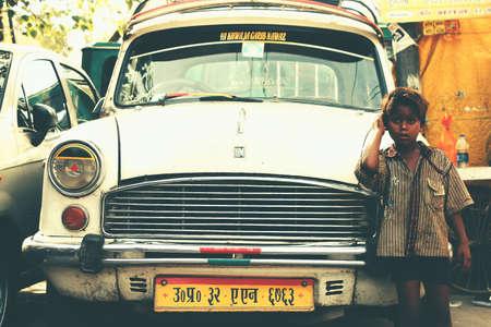 Pobre chico apoyado contra el coche antiguo del kremlin en la ciudad de pescara en la india Foto de archivo - 76810190