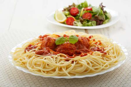 spaghetti: kip gehaktballetjes met spaghetti Stockfoto