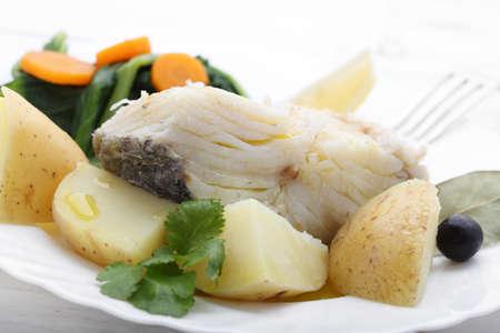 plato de pescado: bacalao cocido con patatas y coles