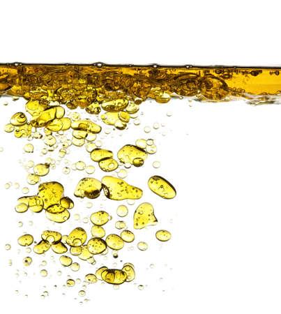 coule: �claboussures d'huile dans l'eau isol� sur fond blanc