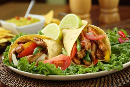 sandwich de pollo: fajita de pollo con guacamole y tortillas - plato de M�xico