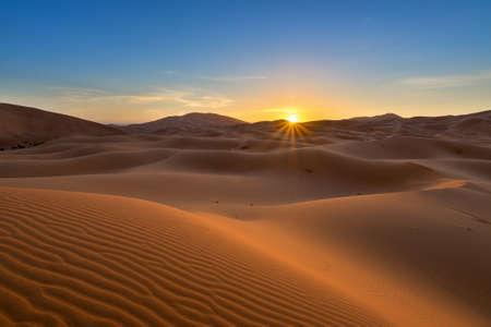 desierto del sahara: vista de Erg Chebbi - desierto del Sahara - al amanecer, en Marruecos