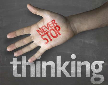 """nucleo: Composición creativa con el mensaje """"Nunca dejar de pensar"""""""