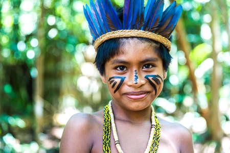 tribu: niño brasileño nativa en una tribu indígena en el Amazonas