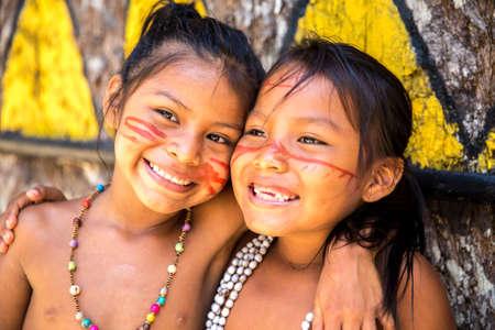 tribu: las brasileñas nativas sonriendo a una tribu indígena en el Amazonas