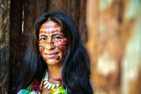 Mujer indígena brasileño en una tribu indígena en el Amazonas