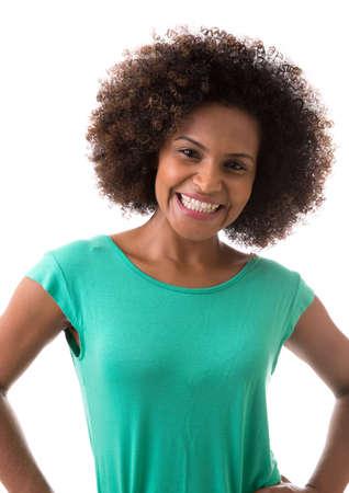 mujer sola: Retrato de mujer joven brasileña sonriente sobre fondo blanco