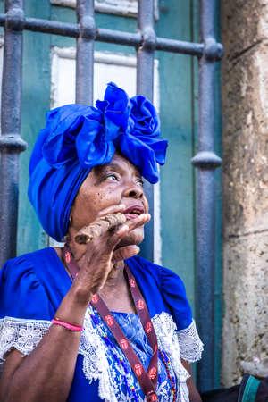 mujeres maduras: Mujer hábito de fumar cigarros en La Habana, Cuba Foto de archivo