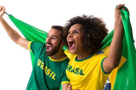 mujer alegre: pareja brasileña que celebra en el fondo blanco