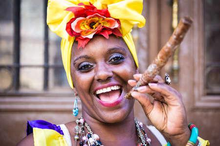 femmes souriantes: Portrait de femme afro cuban Banque d'images