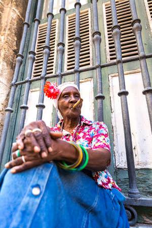 mujeres morenas: Retrato de mujer de fumar africano cigarro cubano en La Habana, Cuba