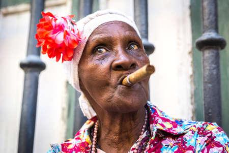 femmes souriantes: Portrait de african cigare cubain femme fumeur à La Havane, Cuba