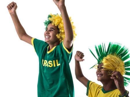 futbol infantil: chicos brasile�os de los aficionados en el fondo blanco Foto de archivo