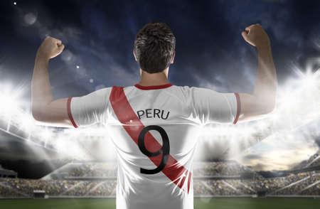 bandera de peru: futbolista peruano en el estadio Foto de archivo