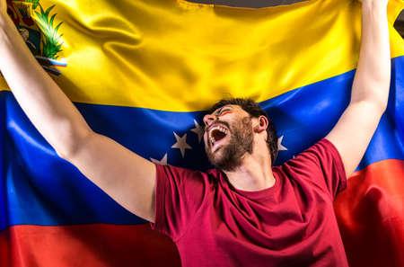 bandera de venezuela: Venezuelan fan holding the national flag