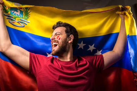 bandera de venezuela: Fan venezolano con bandera nacional